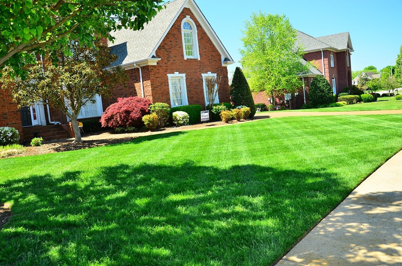 memphis lawn care companies at work